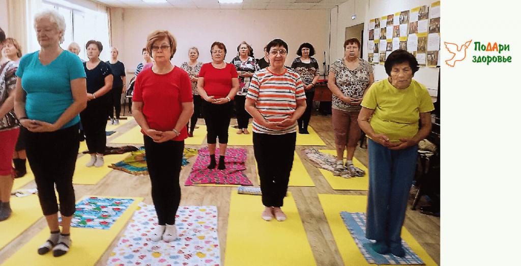 группа пенсионеров на занятии тибетской гимнастикой