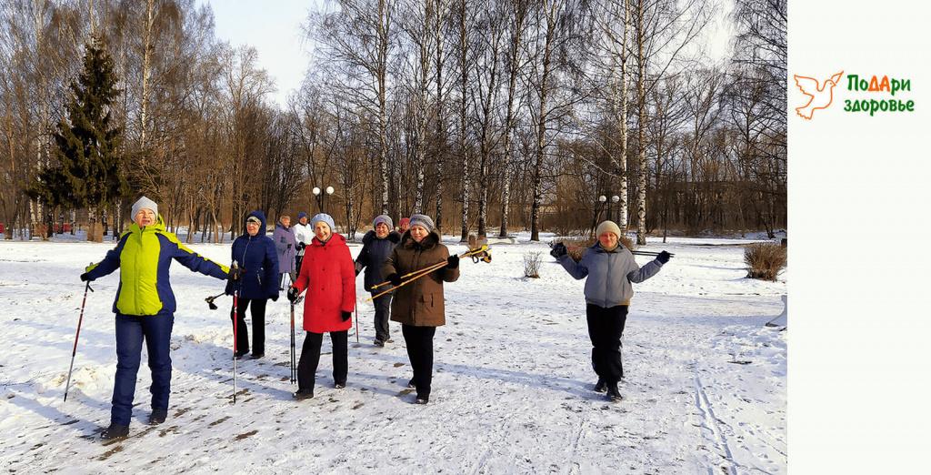 группа пенсионеров на занятии скандинавской ходьбой